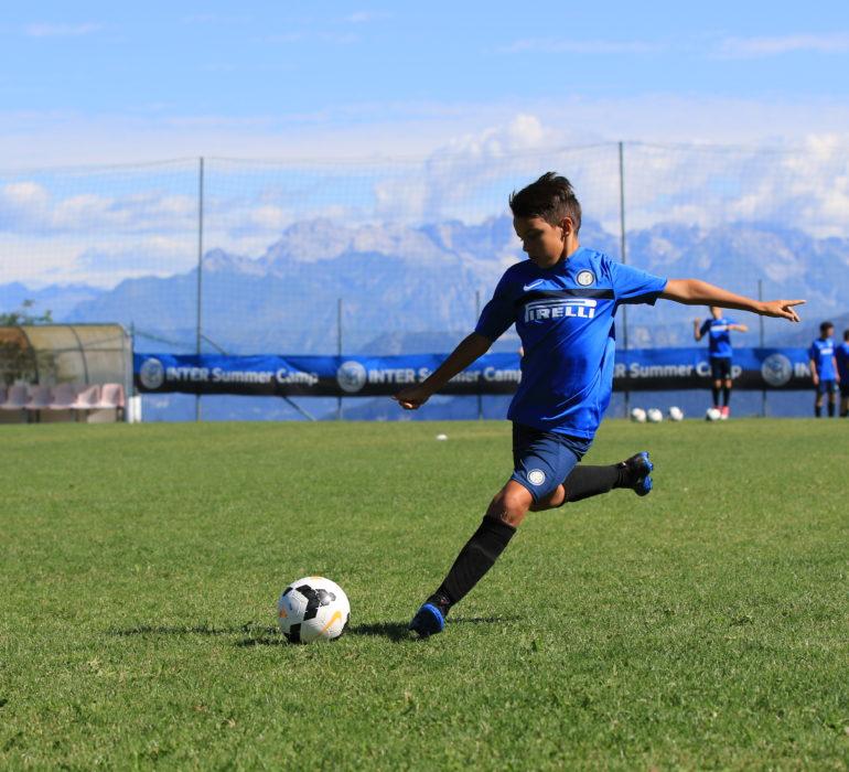 Inter Summer Camp: ragazzo sul campo durante i campus estivi di calcio