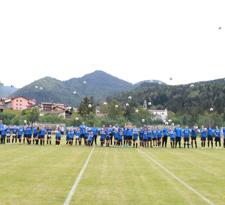 i ragazzi dei campi estivi di calcio in lombardia schierati sul campo da gioco
