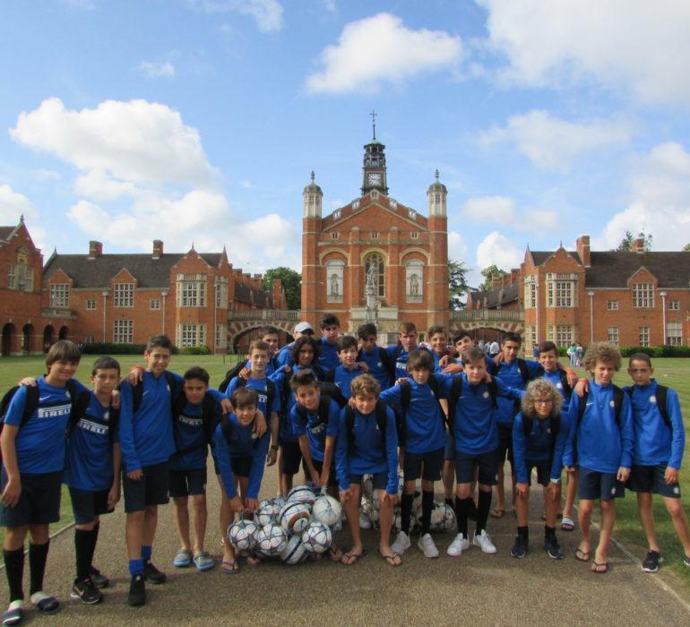 I campus estivi di calcio in Inghilterra: foto di gruppo dei partecipanti