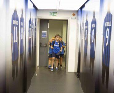 Ragazzi del summer camp in visita agli spogliatoi Inter