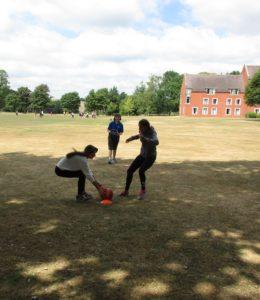 campus estivi di calcio in Inghilterra, un momento di allenamento all'aperto tra ragazze