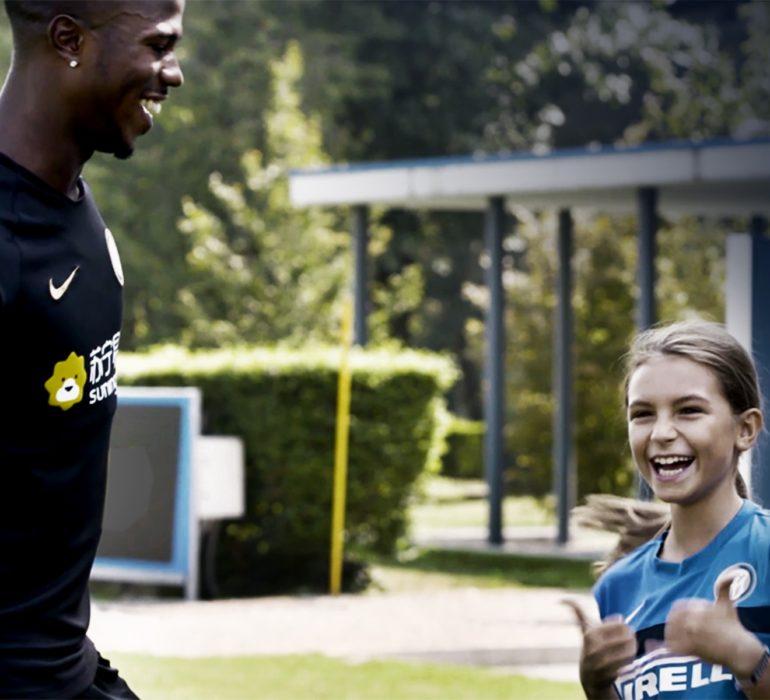 Giovane calciatrice dell'Inter incontra il suo calciatore Inter preferito